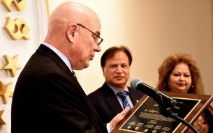 Thomas McDevitt, Chairman The Washington Times gives award to Dr. Zulfiqar Kazmi and Tanvir Kazmi Photo: Kashif Sohail